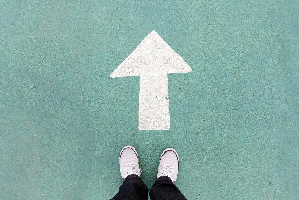足元から前に伸びる白い矢印