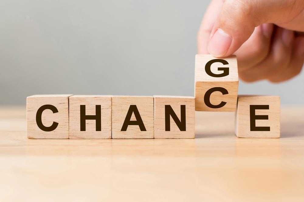 「CHANGE」と書かれたキューブのGをCに変えて「CHANCE」にする画像