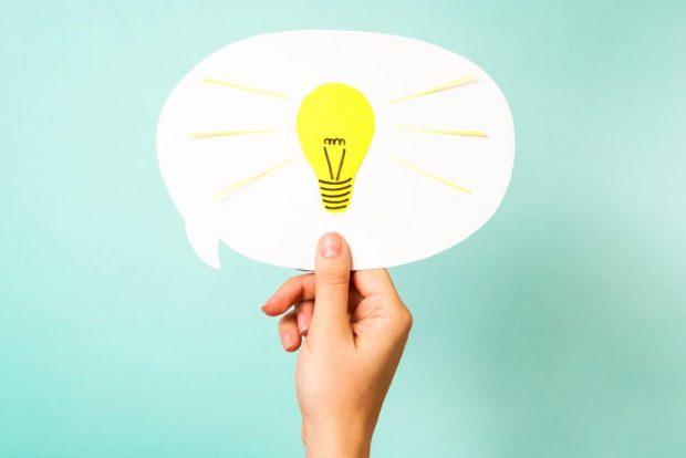 吹き出しの中に電球のイラストが描かれた、ヒラメキのイメージ