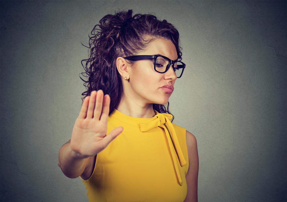 派遣の仕事を拒否する女性
