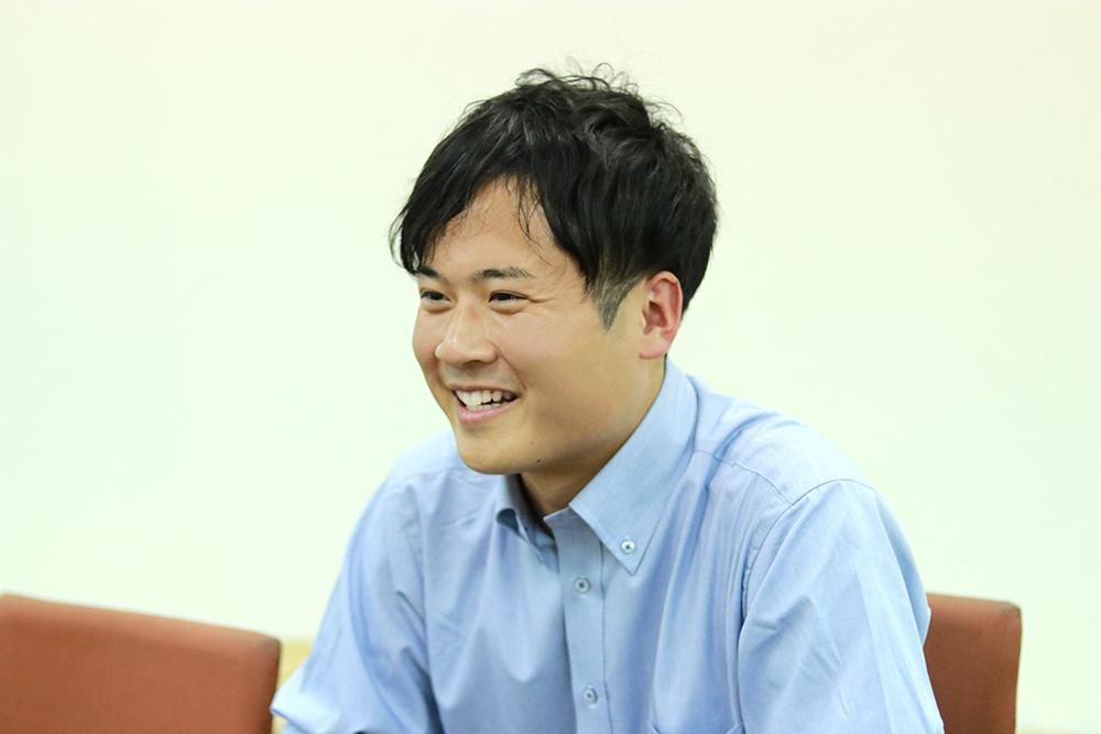 インフラエンジニアの勉強の大変さについて笑顔で話す男性
