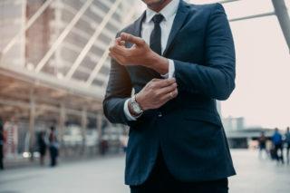 フリーターから営業になり短期離職した男性が就職先に悩んでいる様子