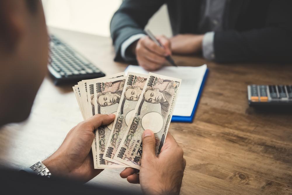 退職代行にかかる費用を支払う男性