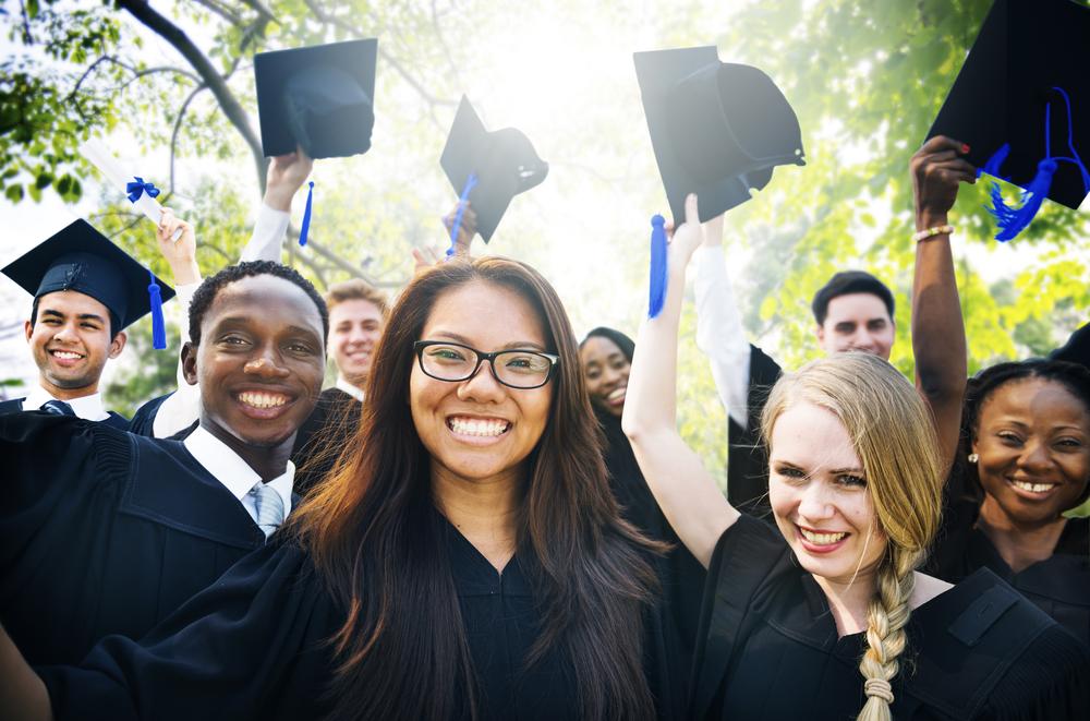大学を卒業し新卒として働き始める男女