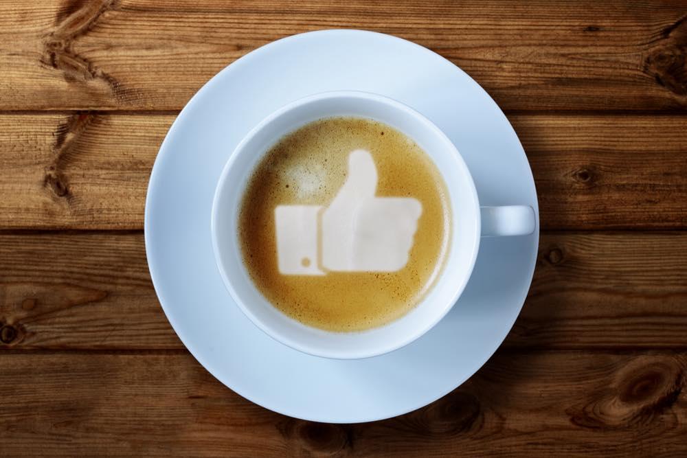 グッドマークが描かれたコーヒー