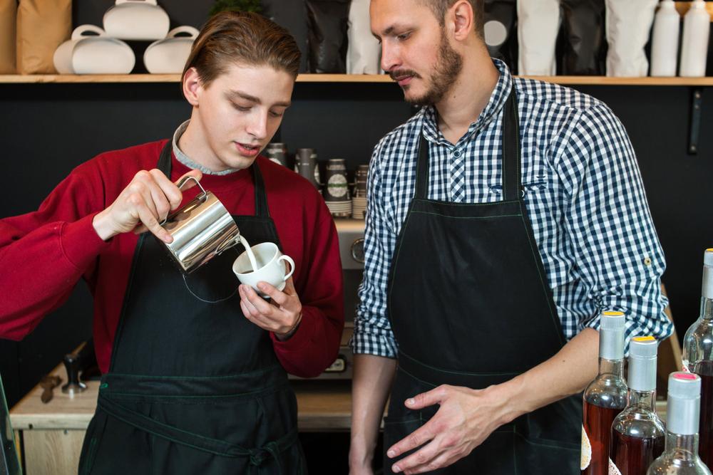 喫茶店のアルバイトをしている男性と先輩社員