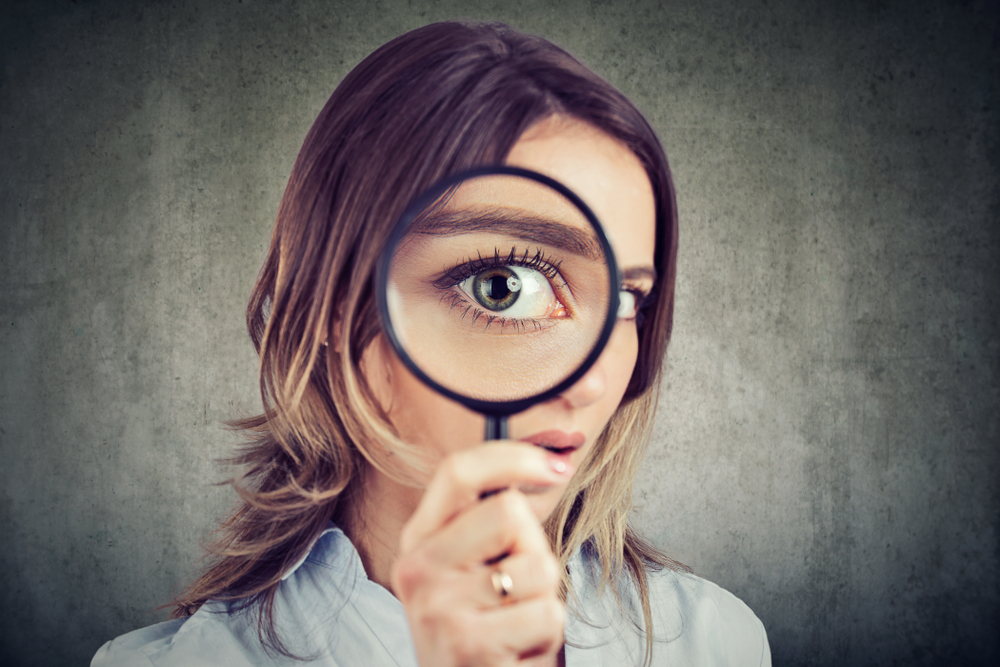フリーターが就職活動をする際の注意点を探している女性
