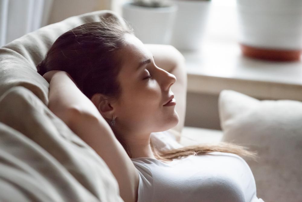 しっかりと休息をとっているフリーターの女性
