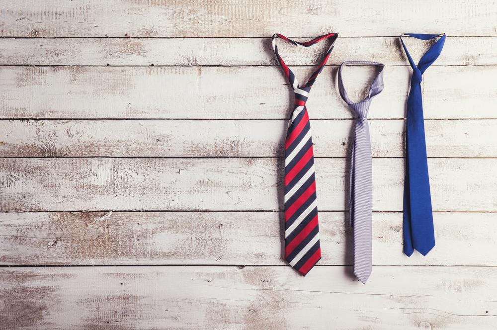 フリーターから中途採用で就職する時に気をつけたい3ポイントを表す3つ並んだネクタイ